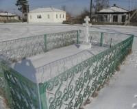 Недалеко от храма находится могила отца Иоанна Казанского