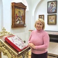 Старорусская школа создания икон на ткани прижилась на волгоградской земле. Развивает традиции великих мастеров преподаватель Муза Сафонова.
