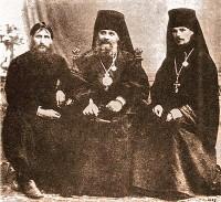Илиодор (справа) с епископом Гермогеном и Григорием Распутиным