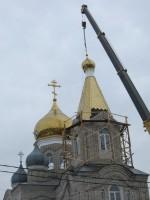 На храм установили купол