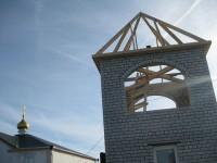 У колокольни возводится крыша