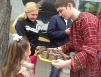 Жителей Волгограда поздравляли с Пасхой куличами