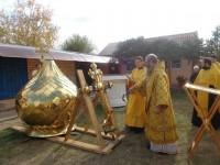 Епископ Елисей освятил купол и крест для храма