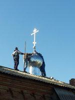 Установка креста на молитвенный дом