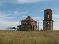 Заброшенный храм пытались начать реставрировать, но бросили