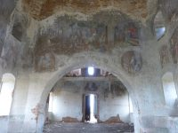 На стенах пока еще заметны остатки богатой классической росписи